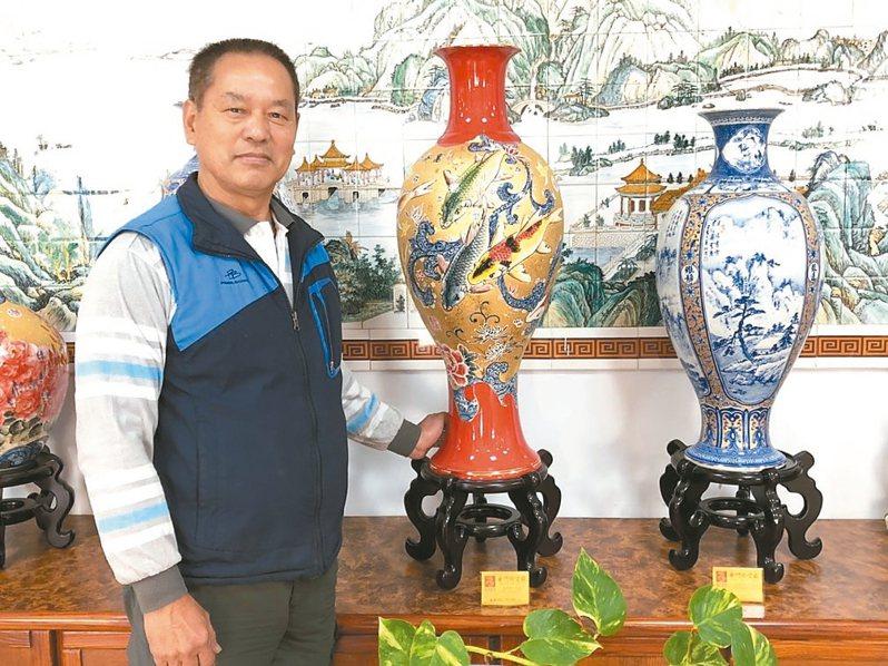 董加添在金門縣陶瓷廠待了40多年,創作上千件作品,廠內的重點銷售商品有多件都是他的作品。 記者蔡家蓁/攝影