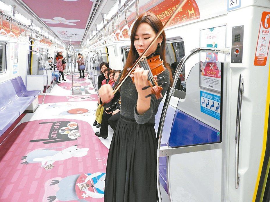 「2020桃園市客家季」桃捷推出「鼠年」彩繪列車,昨邀金曲音樂人劉劭希製作到站音樂。 記者高宇震/攝影