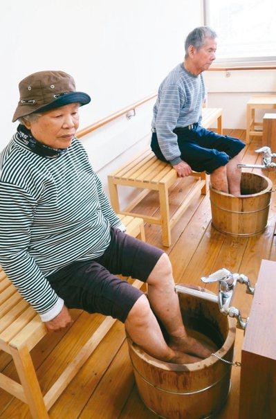 二水鄉家庭照顧據點打造泡腳區,營造湯屋氛圍,讓家庭照顧者紓壓。 記者凌筠婷/攝影