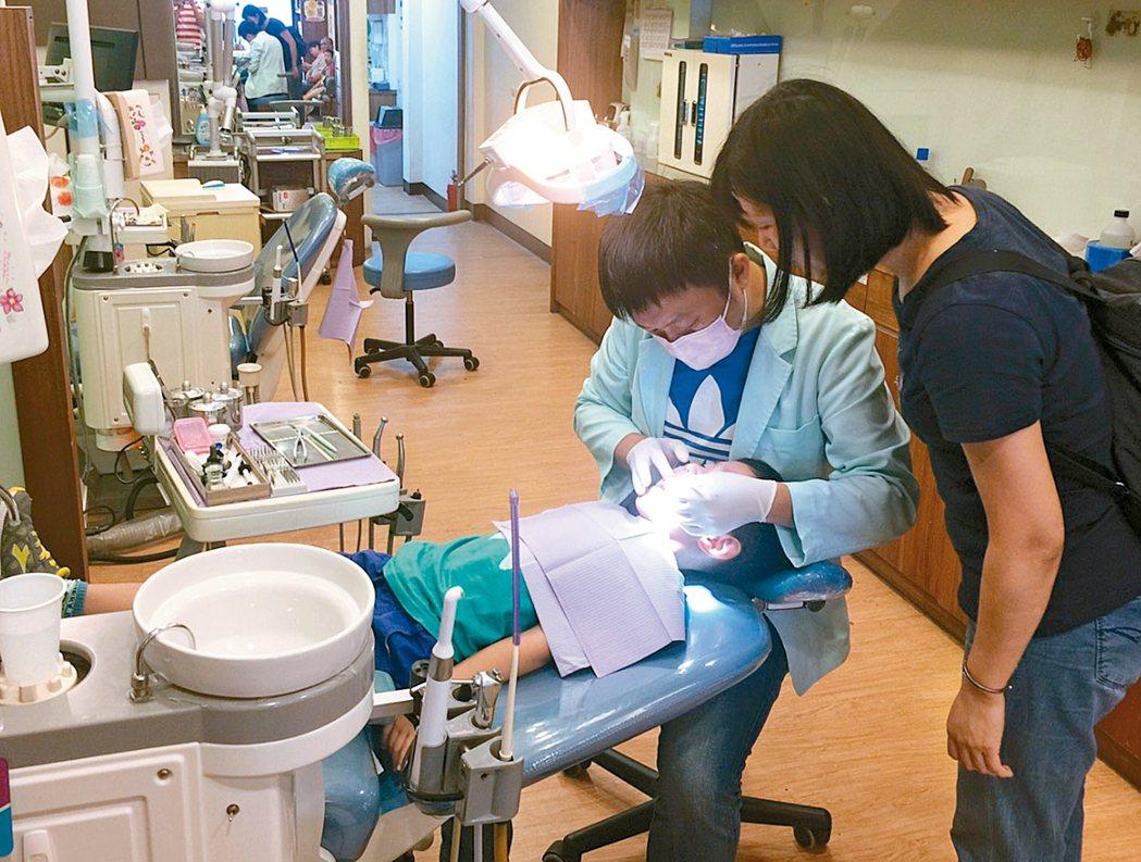 偏鄉地區缺乏牙醫診所,在高雄六龜執業的牙醫師陳俊志表示,山區居民就醫不便,牙痛時...