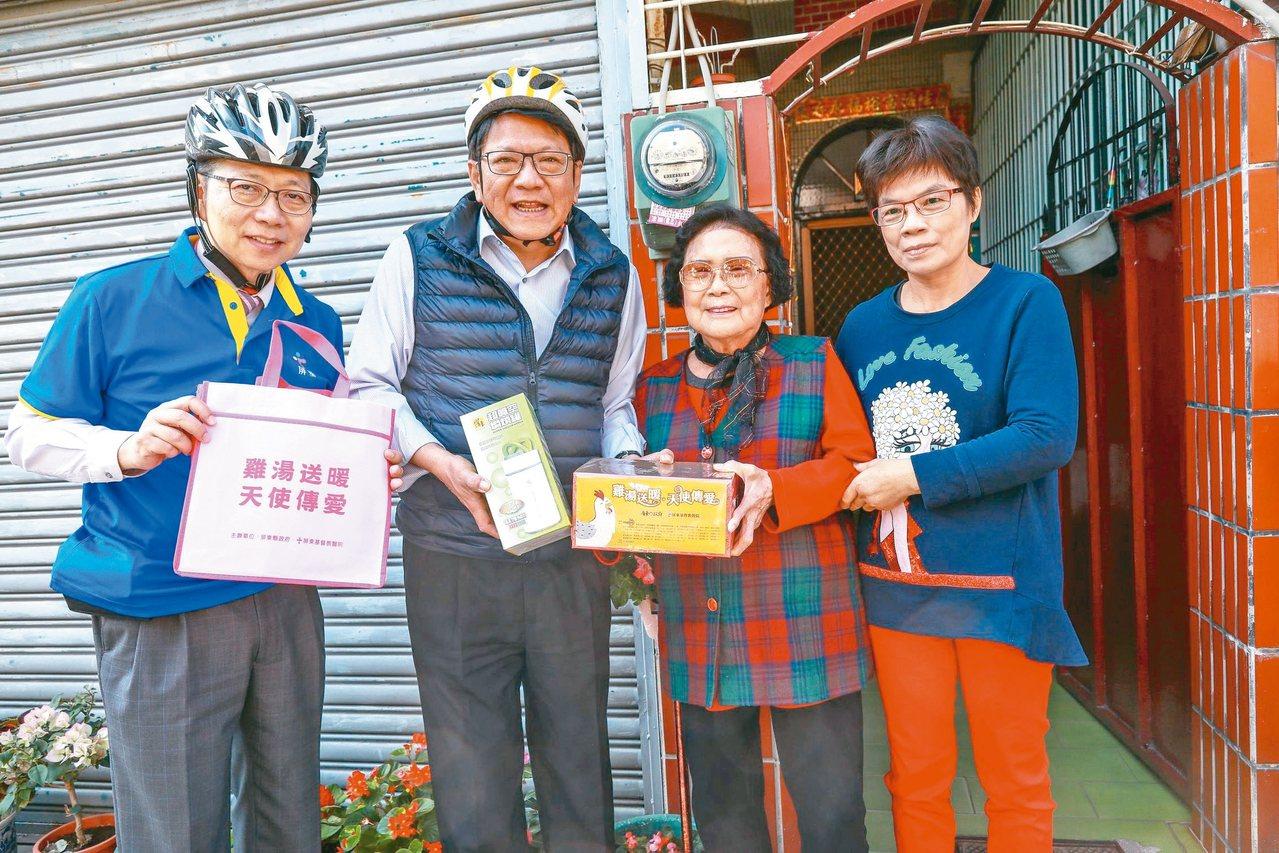 屏東縣長潘孟安(左二)昨天騎單車送雞湯到屏東市獨居80歲婦人李林金葉(左三)家中...