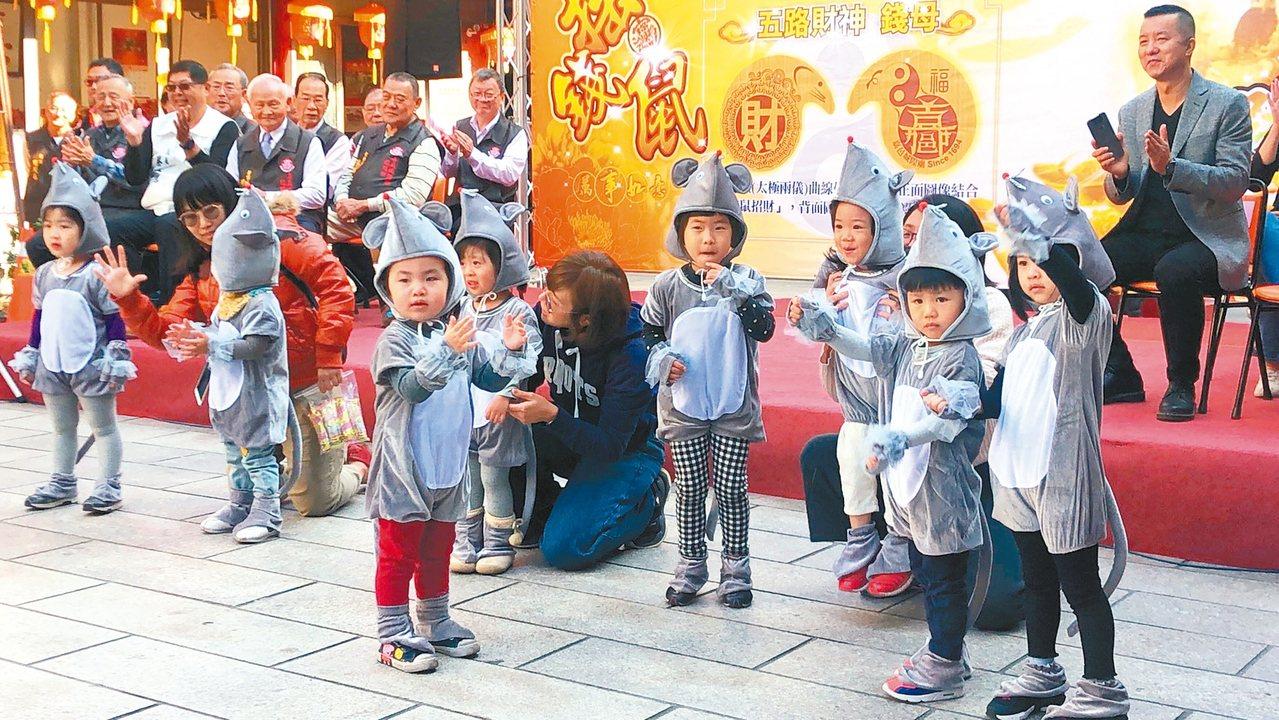 國定古蹟嘉義城隍廟今年發送錢母「咬錢鼠」數量各2千個。小朋友們穿上布偶裝扮演「錢...