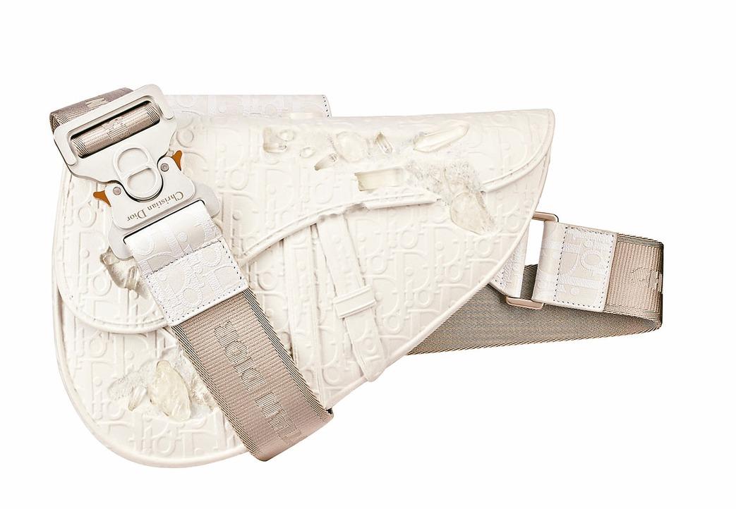 DIOR and Daniel Arsham白色樹脂及石英馬鞍包,售價69萬元。...