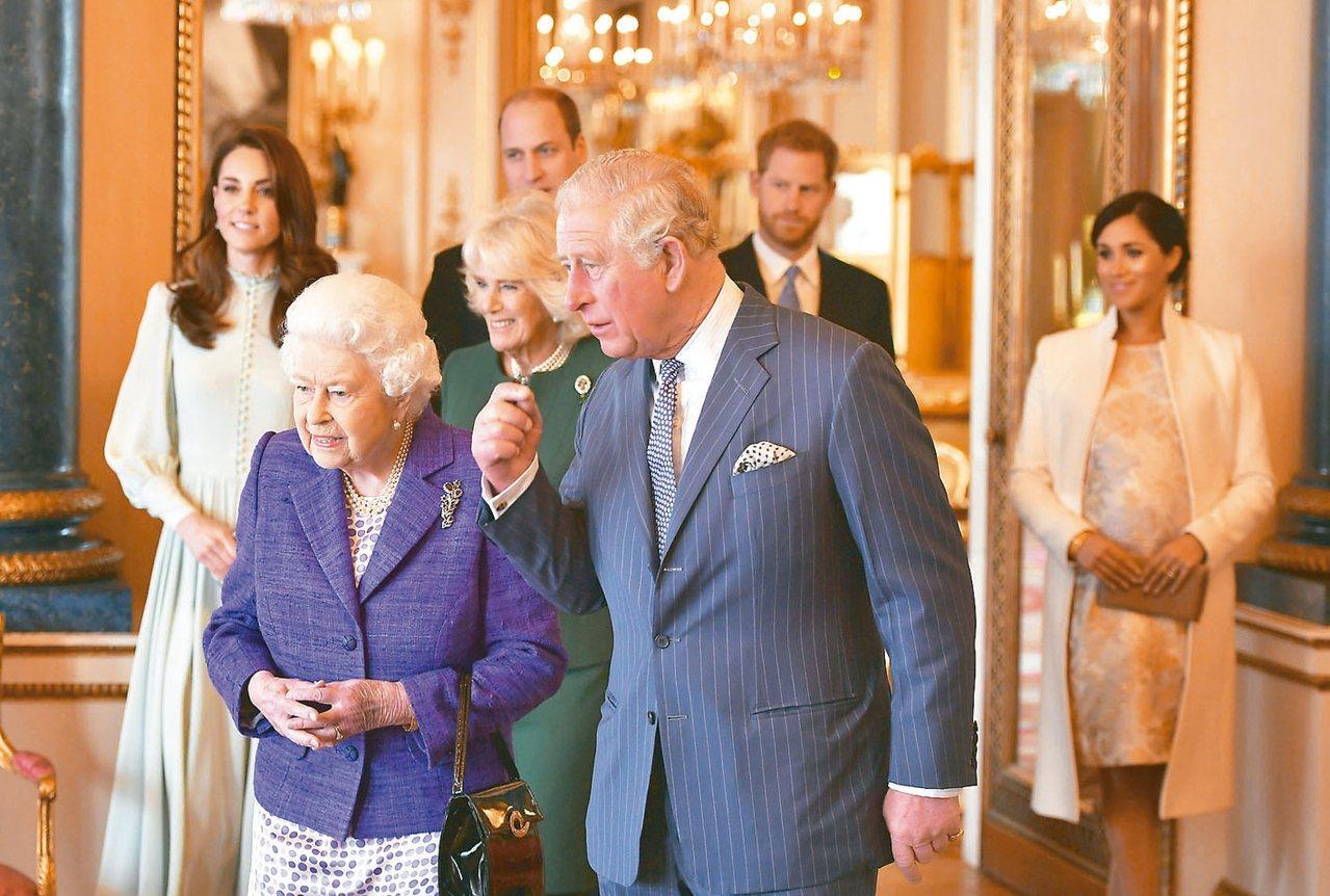 英國女王伊麗莎白二世十三日召開會議,商討哈利與梅根退出王室高級成員的危機。圖為王...