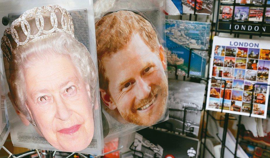 英國王室的的嫌隙浮上檯面,主角哈利王子與女王的大頭照被製作成面具擺在倫敦的禮品店門口。 (美聯社)