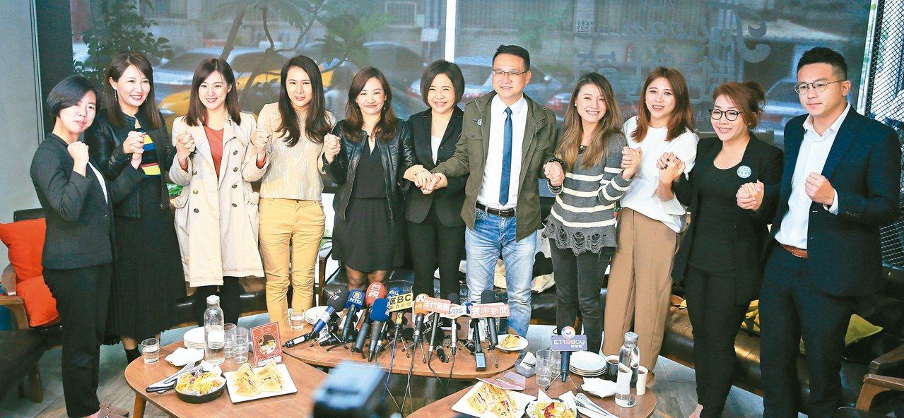親民黨前發言人于美人(右六)昨天下午邀請各政黨發言人一起茶敘。 記者潘俊宏/攝影