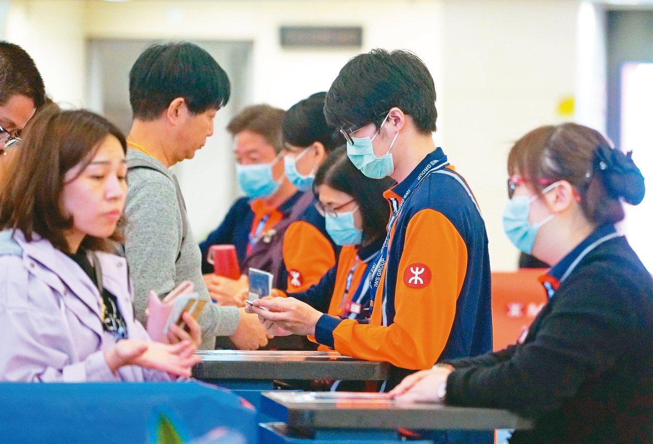 武漢肺炎一度傳出可能「有限度人傳人」,但WHO隨後稱並無明確證據,圖為香港西九龍...