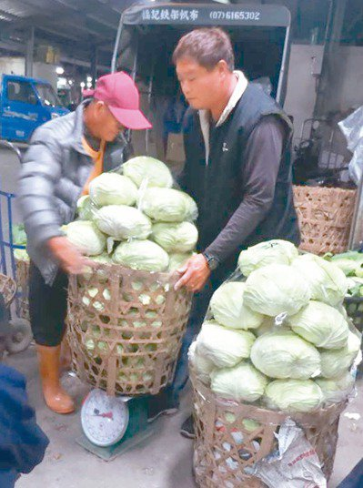 竹簍具透氣、輕便、容量大優點,但因無法重複使用,西螺果菜市場及北農將相繼加收處理...