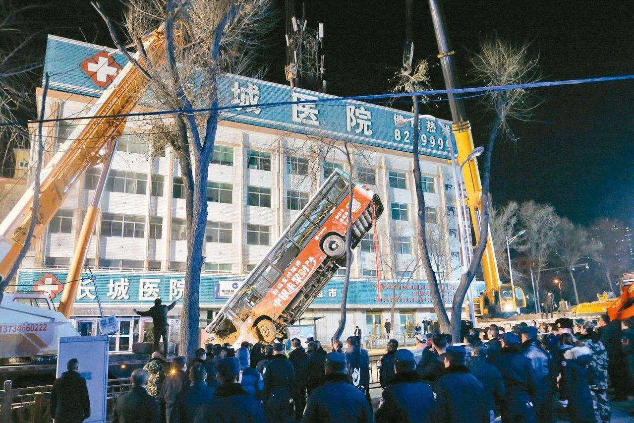 大陸青海省西寧市一處公車站,昨午發生地面坍塌,一輛進站公車跌入坑內。截至十四日晚...