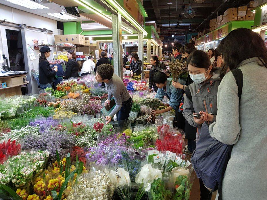 台北花市因應農曆年節前採購花卉大量人潮,20日凌晨起到24日除夕中午12點,將連續5天共108個小時營業不打烊。記者翁浩然/攝影