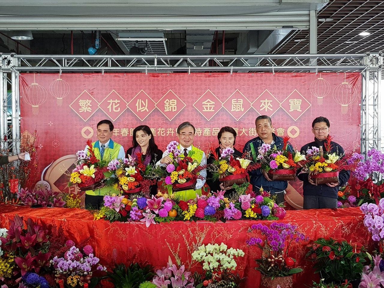 台北市副市長黃珊珊等人昨也於花市行銷不打烊服務。記者翁浩然/攝影