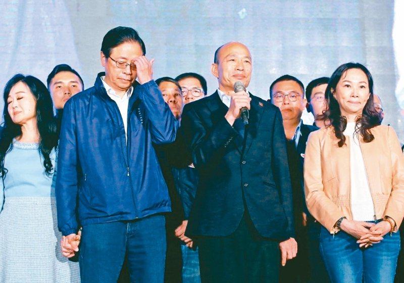 韓國瑜(右二)與張善政(左二)敗選後,在競選總部感謝支持者。 圖/聯合報系資料照片