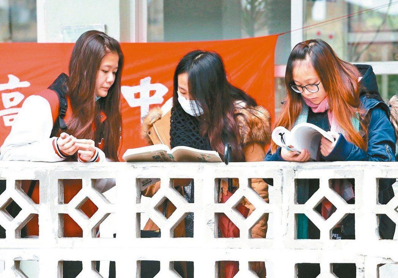 教育部昨公布一○九學年度擴大試辦「完全免試入學」,招生名額增加到八四九四個。 圖...