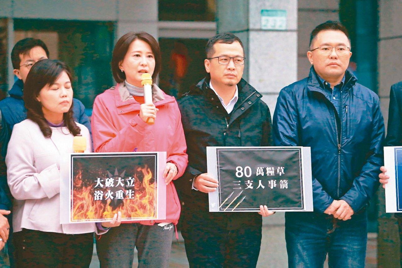 國民黨台北市議員羅智強(右二)與王鴻薇(左二)等人到中央黨部要求吳敦義馬上辭去黨...