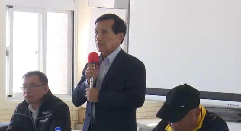 晉陞太空科技公司13日再度到台東達仁鄉南田部落開說明會,董事長陳彥升(中)向部落村民說明。 記者尤聰光/翻攝