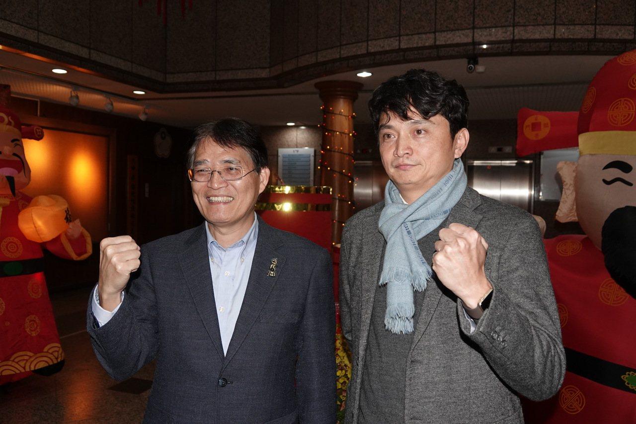 中華隊東京奧運選訓委員會今天開會,中職秘書長馮勝賢(右)與體育署長高俊雄(左)出...