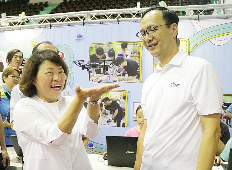 朱立倫(右)2016年總統大選失利,立即辭黨主席,由黃敏惠接下代理主席一職,並完...
