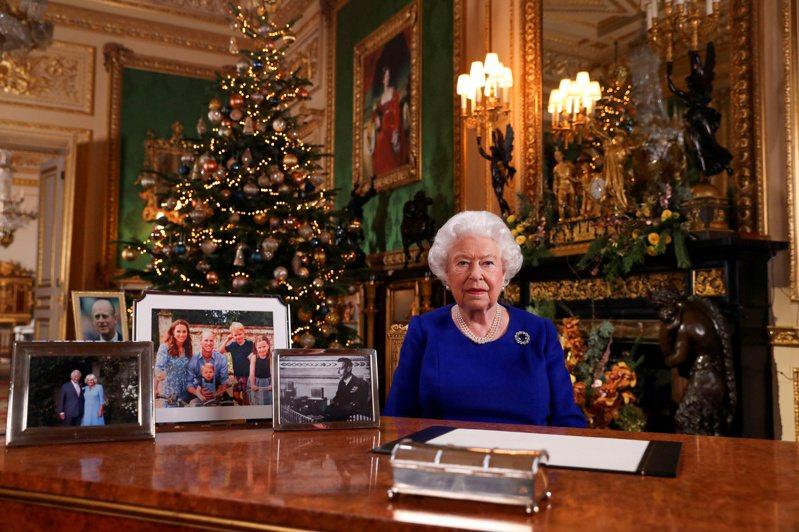 英國女王伊麗莎白二世去年耶誕節發表談話,眼尖者發現桌上的家族照片中沒有哈利一家。(路透)