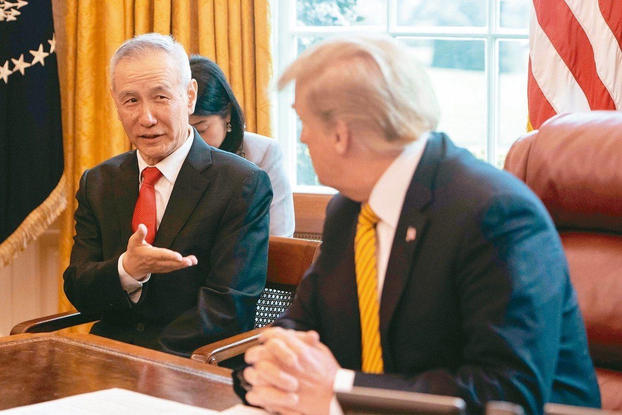 大陸副總理劉鶴抵華府,將簽署第一階段美中貿易協議。圖為美國總統川普(右)去年在白...