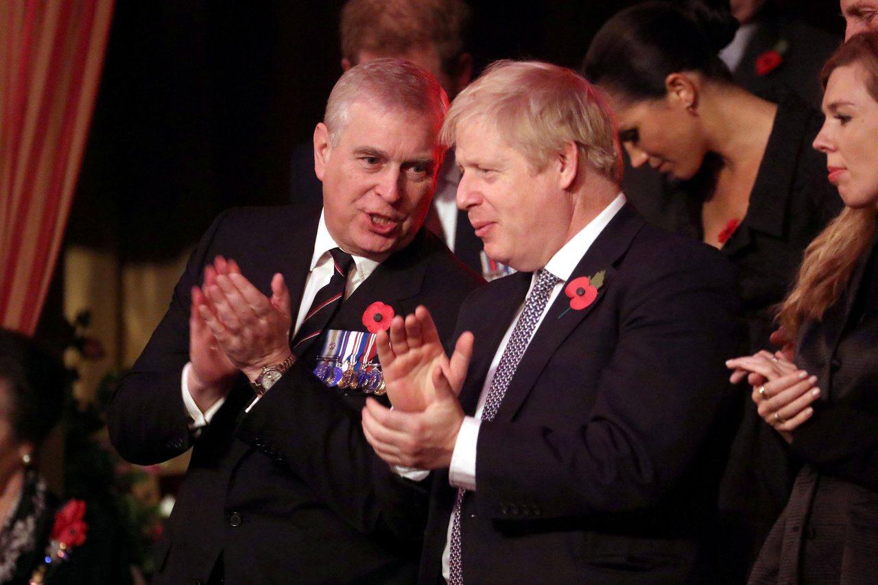 英國安德魯王子(左)因跟已故富商艾普斯坦來往,去年宣布辭去英國貿易特使職務。(路...