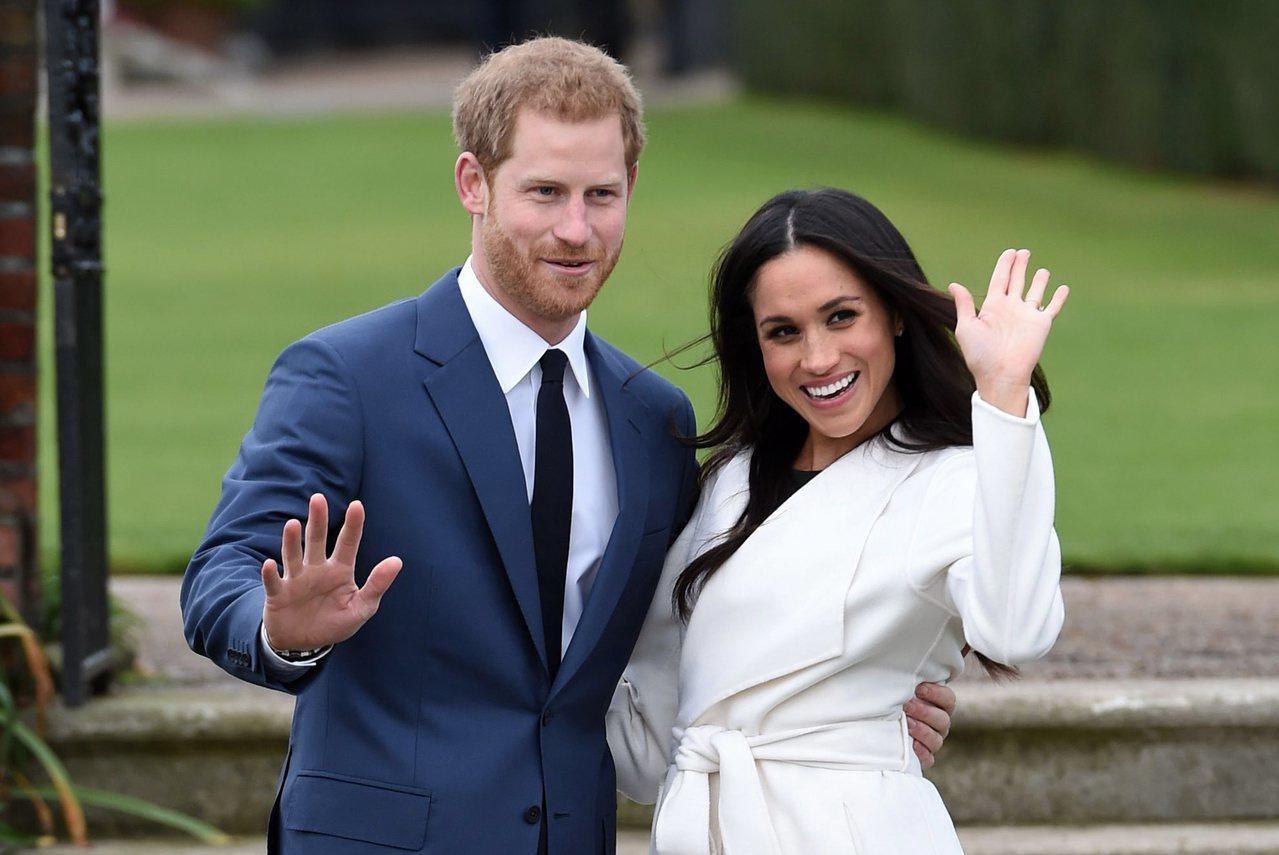 哈利王子(左)2017年11月宣布和梅根訂婚後,小倆口公開亮相。(美聯社)