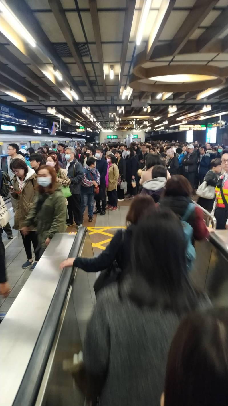 台鐵局說清晨5時起七堵站至南港站間南下、北上列車受號誌故障影響延誤,許多民眾臨時改搭捷運,圖為板南線龍山寺捷運站內情形。讀者提供