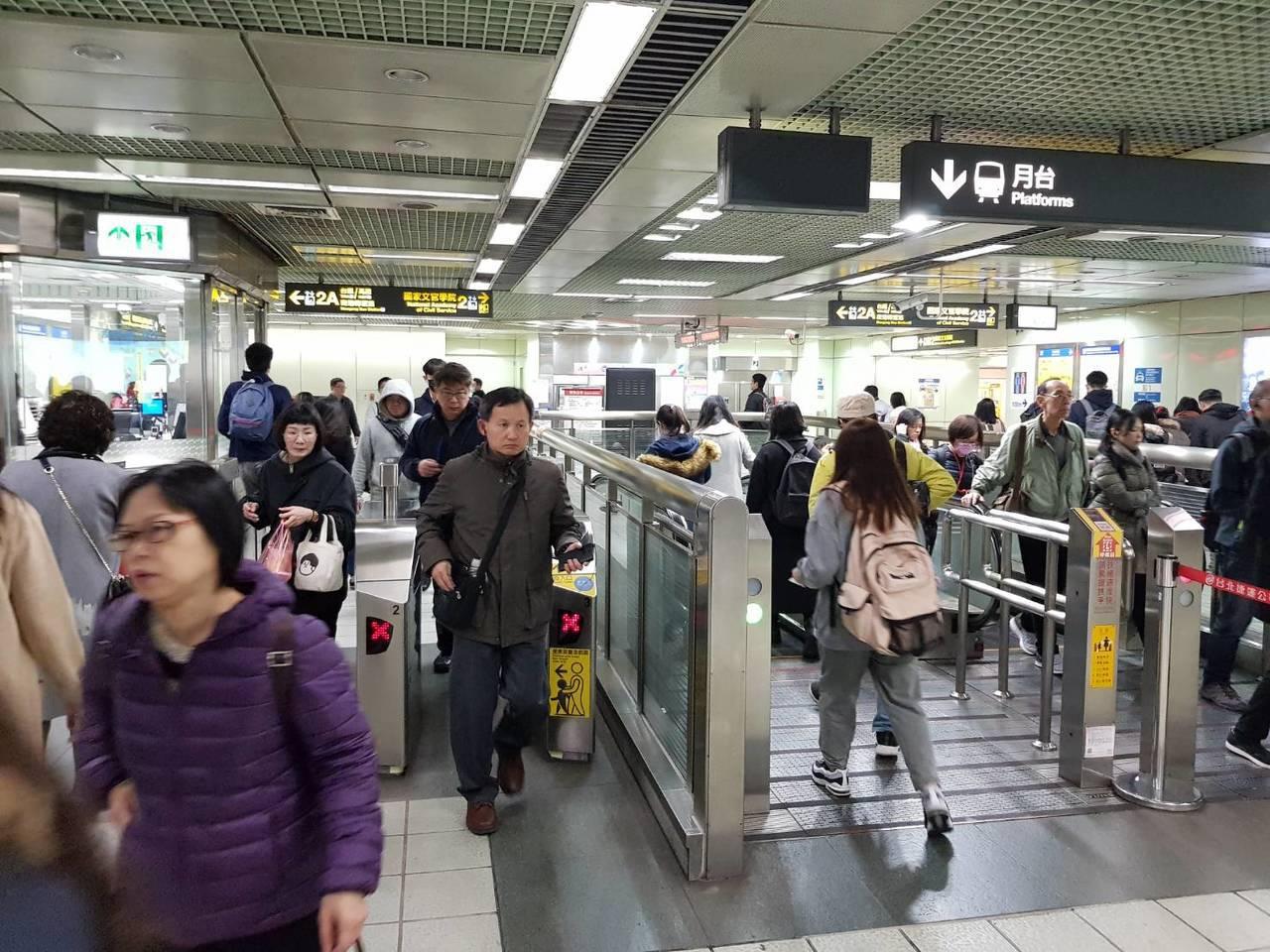 受台鐵號誌故障影響,北捷南港站等今早人潮也增加。記者翁浩然/攝影