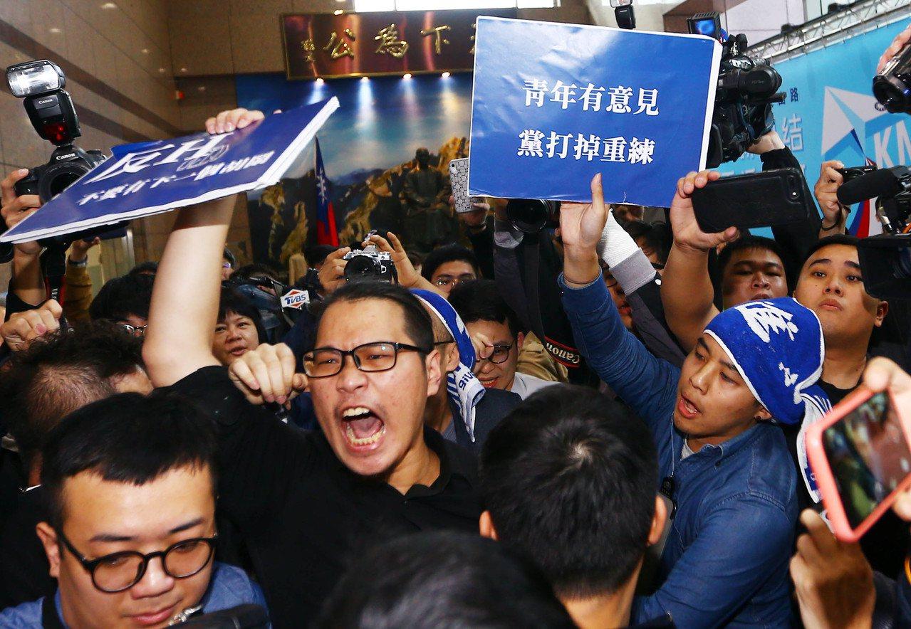 國民黨下午舉行中常會,國民黨青年團體衝進中央黨部表達對現在黨中央不滿的心聲。記者...