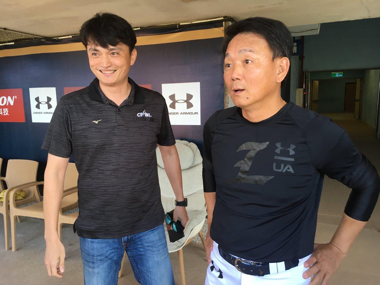 洪一中(右)與中華職棒秘書長馮勝賢。 報系資料照