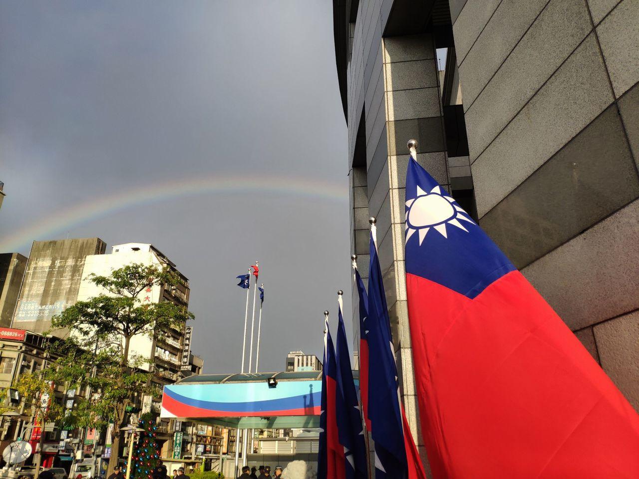 國民黨中常會結束,記者會跟記者轉述內容時,外面出現彩虹 記者王寓中/攝影