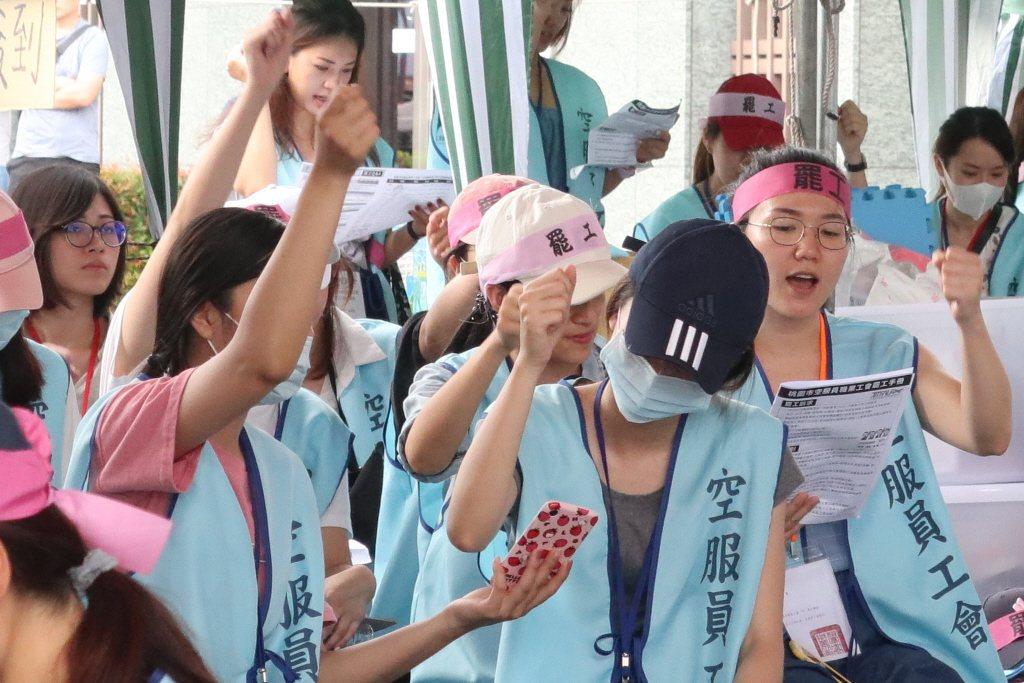 長榮空服員6月底發動罷工,連帶影響年終,從過去4年平均4個月縮水到2.5個月。 ...
