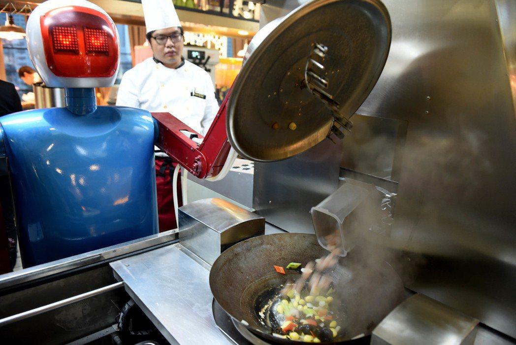 機器人餐廳近年在大陸多處開店,圖為安徽合肥一家餐廳機器人準備送餐。 (新華社資料...