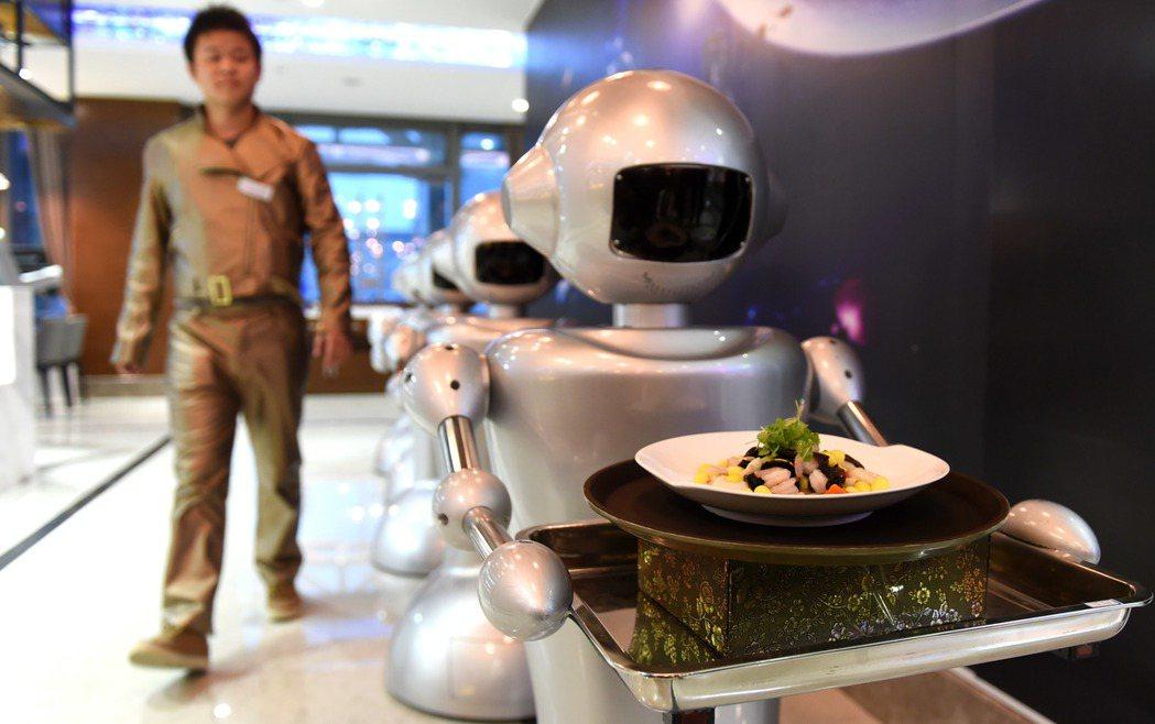 2014年12月26日安徽合肥市首家機器人主題餐廳開門迎客,機器提供燒菜、送餐等...