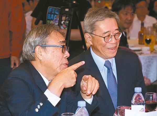 台塑集團總裁王文淵(左)、集團行政中心常務委員王文潮昨天出席台化尾牙。 記者林俊...