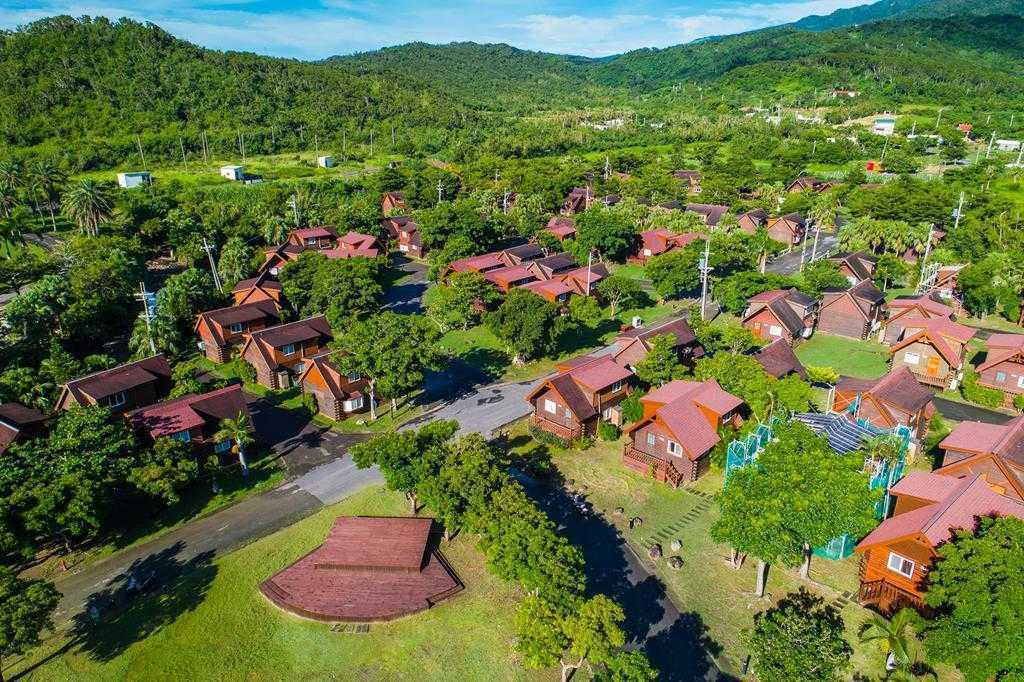 小墾丁渡假村占地40公頃,304間木屋座落在綠樹成蔭的大草毯上。 圖/小墾丁渡假...
