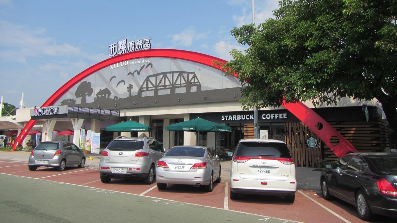 西螺服務區有連鎖咖啡店與平價餐飲進駐。 報系資料照