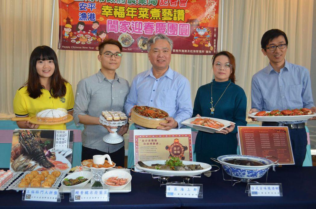 吳榮在所長與業者推薦漁港幸福年菜。  陳慧明 攝影