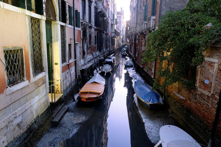 水都威尼斯近日卻遭逢低潮,當地運河幾乎乾涸,讓河道上的船隻無法航行。 路透社