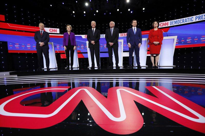 民主黨總統候選人初選第七場辯論在愛阿華登場。圖左起:億萬富豪史泰爾、參議員 華倫、前副總統白登、參議員桑德斯、南灣市長布塔朱吉及參議員柯洛布查。 美聯社