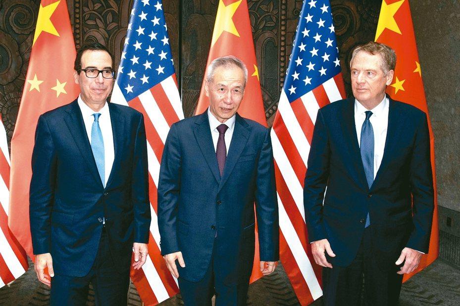 美中將在美國當地時間15日簽署第一階段貿易協議,圖為雙方主要談判代表美國財政長米努勤(左一)、貿易代表賴海哲(右一)與中國國務院副總理劉鶴。 路透資料照片
