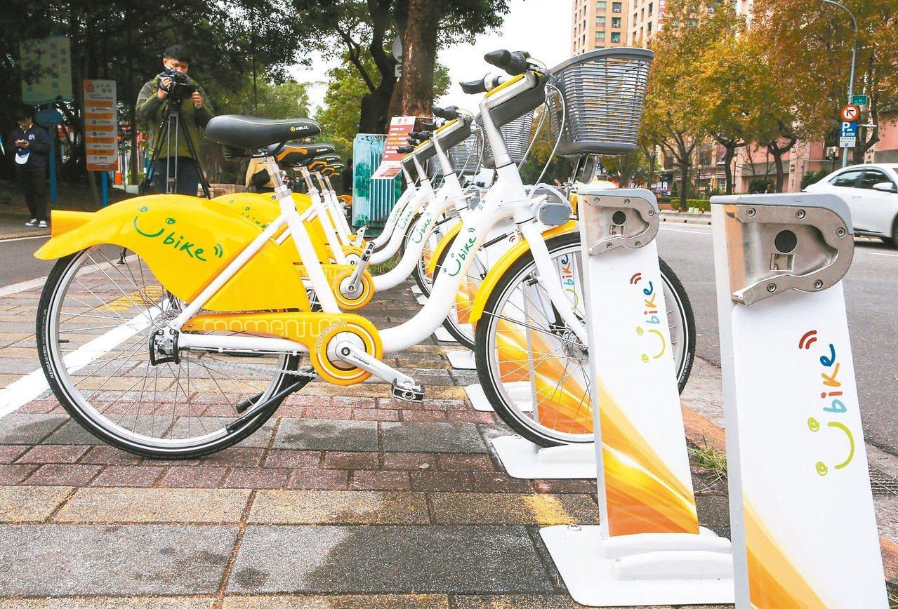 YouBike2.0採珍珠白及黃色、輕樁車柱和太陽能充電。 記者陳柏亨/攝影