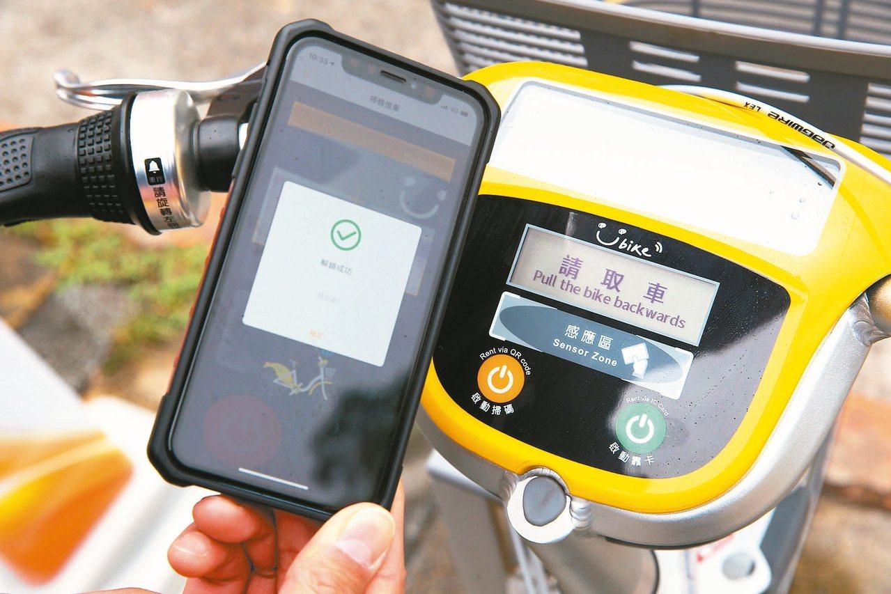 新車具備文字顯示功能,還能使用QR Code掃碼租車。 記者陳柏亨/攝影