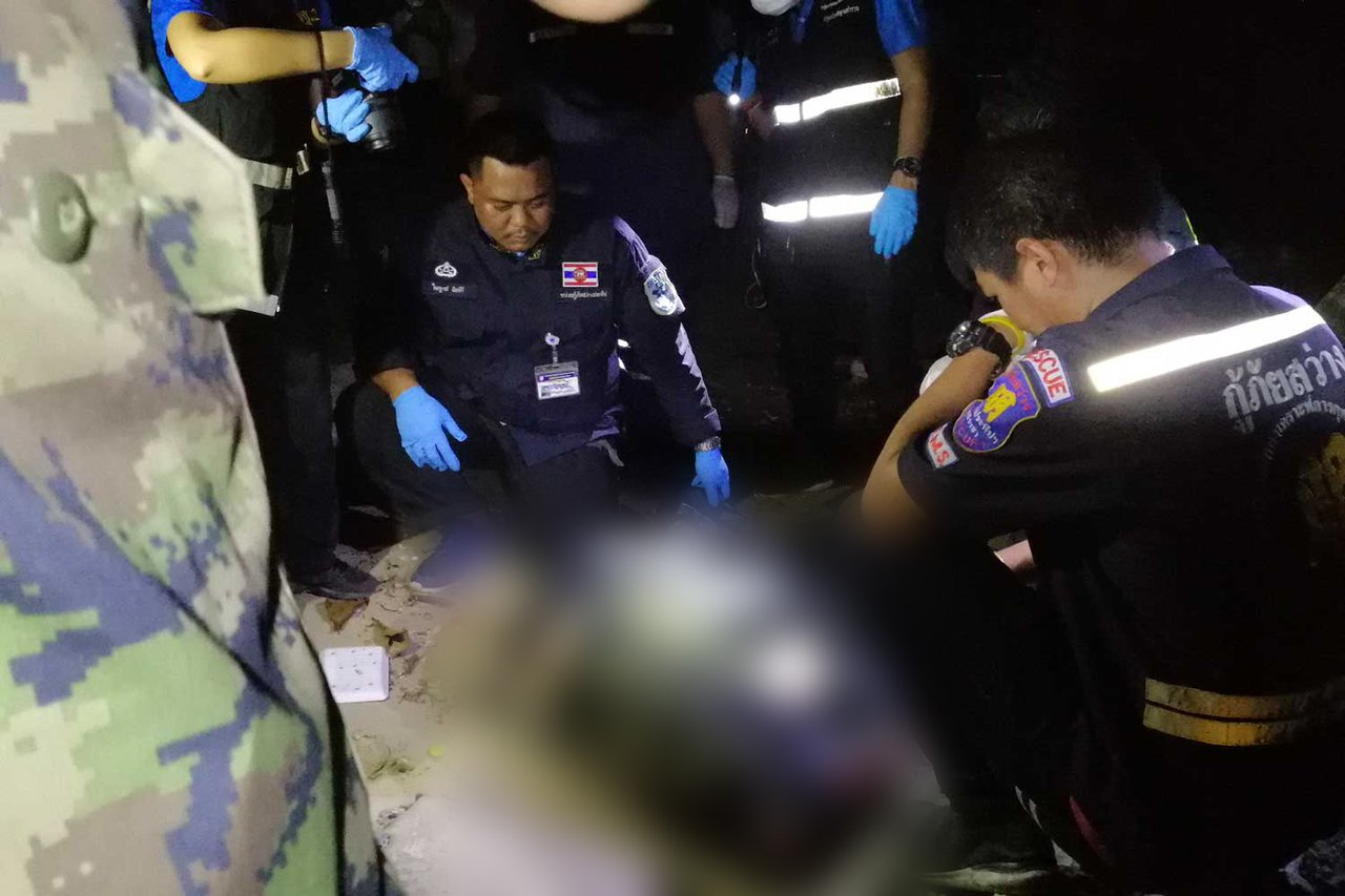 泰國警方在是拉差地區發現一名女性屍體被裝在袋中。圖擷自曼谷郵報