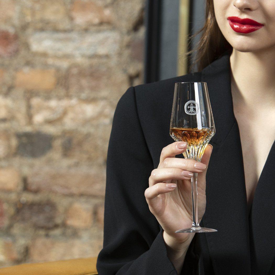 路易十三100%只採用法國干邑地區最中心地帶大香檳區的頂級葡萄進行釀造。業者/提...