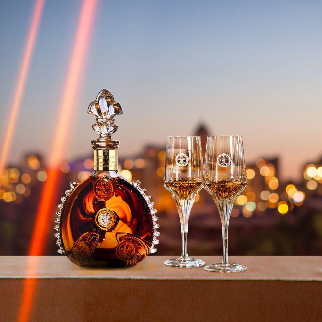 每一瓶路易十三都凝聚著歷代釀酒大師的精湛技藝與悉心調配,嚴選最古老且最優質的生命...