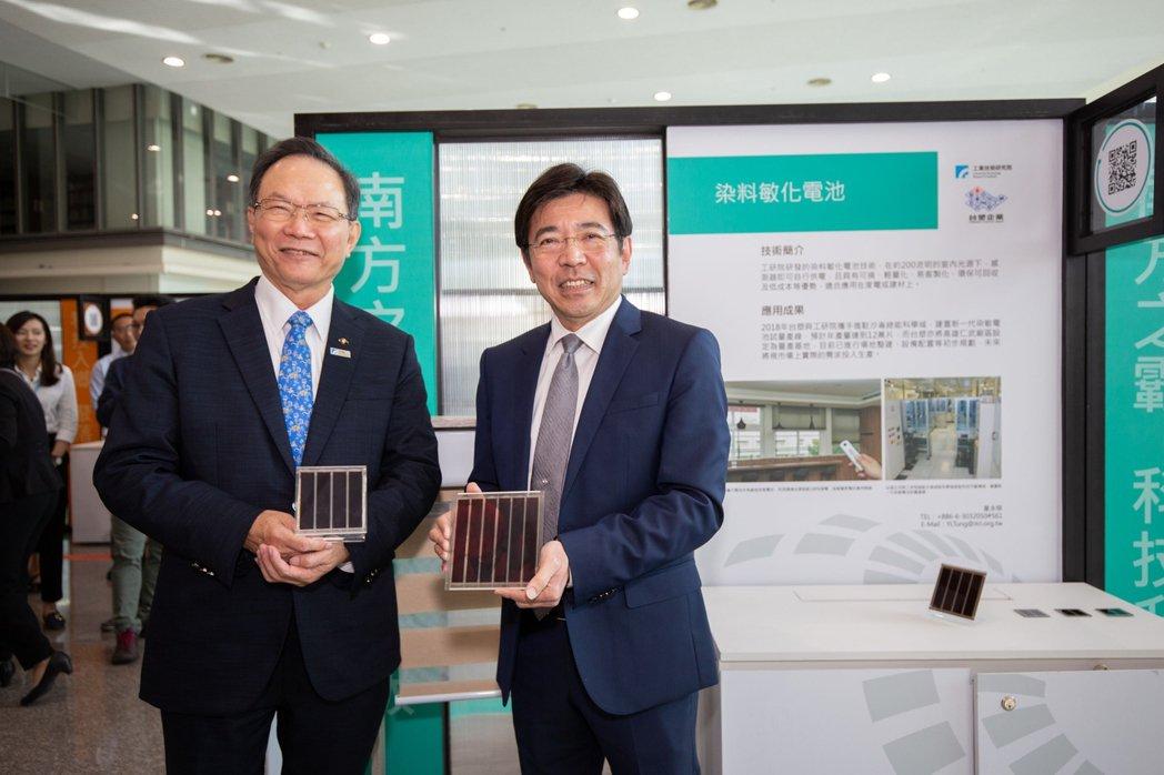 工研院研發的「染敏電池」太陽能技術,只要3根蠟燭的光線就可以發電,已與台塑合作試...