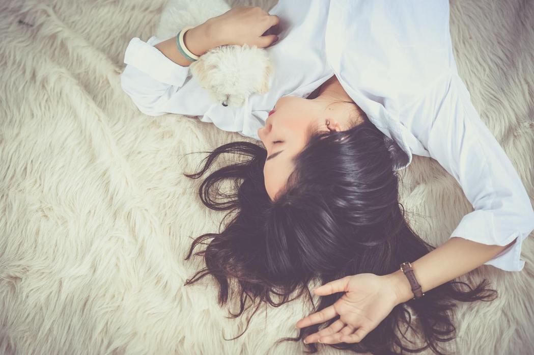 俚語說的「一暝大一寸」便是反應出睡眠的重要性。 圖/pexels