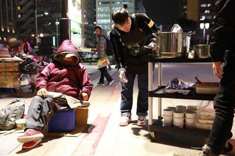人生百味每年固定舉辦尾牙活動,在台北街頭邀請無家者共進晚餐。 圖/人生百味提供