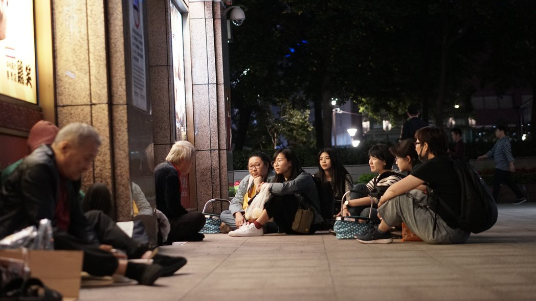到街頭坐下來與無家者聊天、對話,也是人生百味發起的行動之一,讓民眾更理解他們的真...