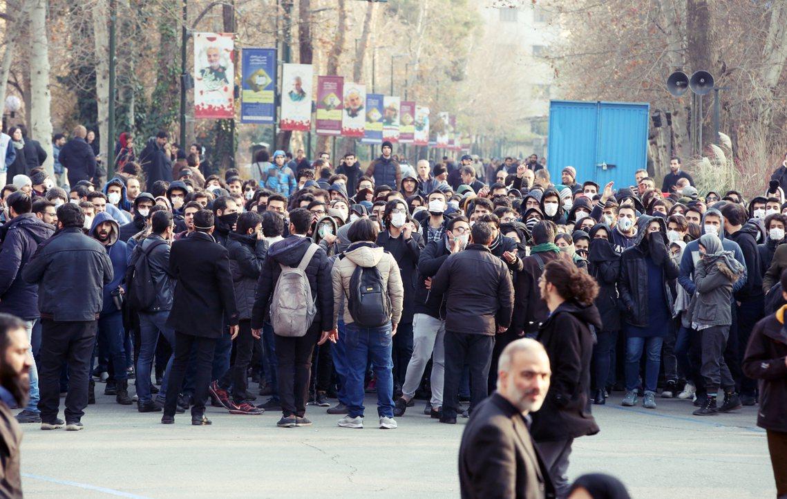 國際媒體咸認為伊朗官方突然急於抓捕行動,多半是為了應付目前國內持續延燒的反政府抗...